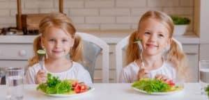 Dieta przeciwpróchnicowa dla dziecka powinna zawierać dużo warzyw i owoców